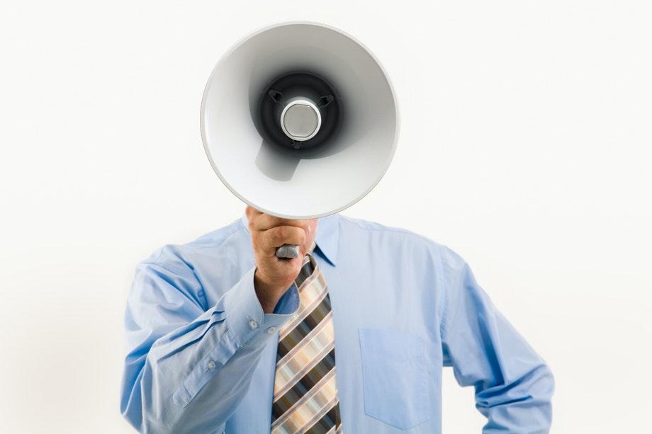 página de anuncios, hombre con camisa azul sujetando la bocina — GeorgioGalben