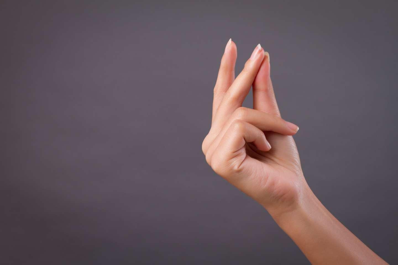 mujer chasqueando los dedos; así de fácil - GeorgioGalben.com